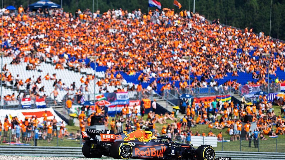 Verstappen, en un momento de la calificación de ayer. // EFE