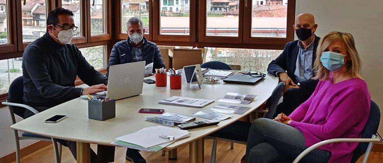 Por la izquierda, Julio González Zapico, Marcelino Martínez, Pablo Priesca, director general de CTIC, y María Jesús Alonso, gerente del Grupo de Desarrollo Rural del Alto Nalón, ayer, en Sobrescobio.