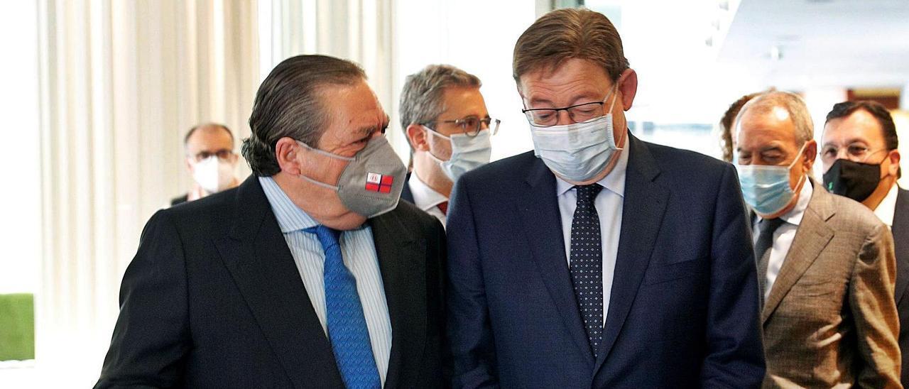 Vicente Boluda y Ximo Puig, ayer, junto a otros miembros de AVE, a su entrada al acto.  | EFE