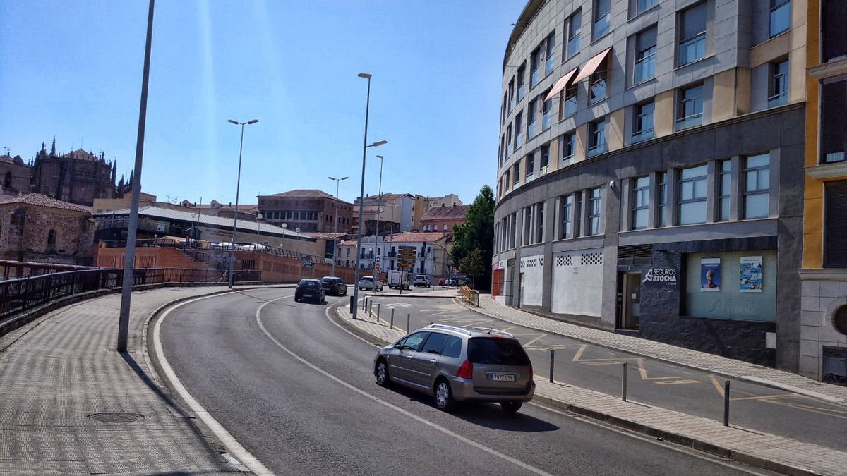 Parada señalizada para autobuses, en la puerta Talavera.