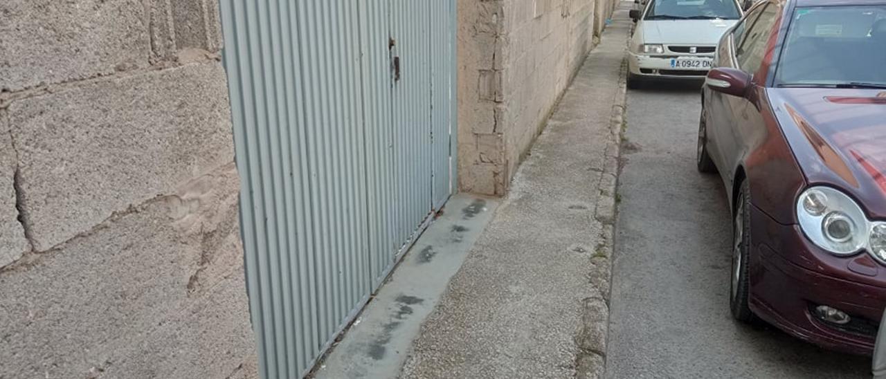 La acera de la calle Júcar de Villena.