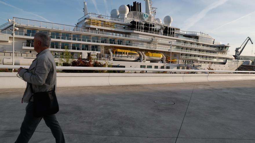 """AsÍ es el """"Crystal Endeavor"""", el primer ferry de lujo que atraca en Avilés tras la pandemia"""