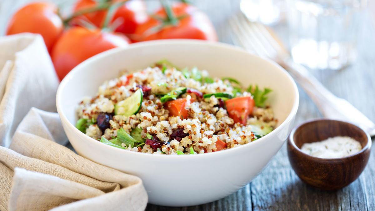 Ensalada de quinoa con tomates frescos, pepinos y hojas de ensalada.