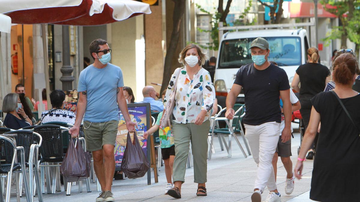 Personas paseando por Ourense con mascarilla. // Iñaki Osorio