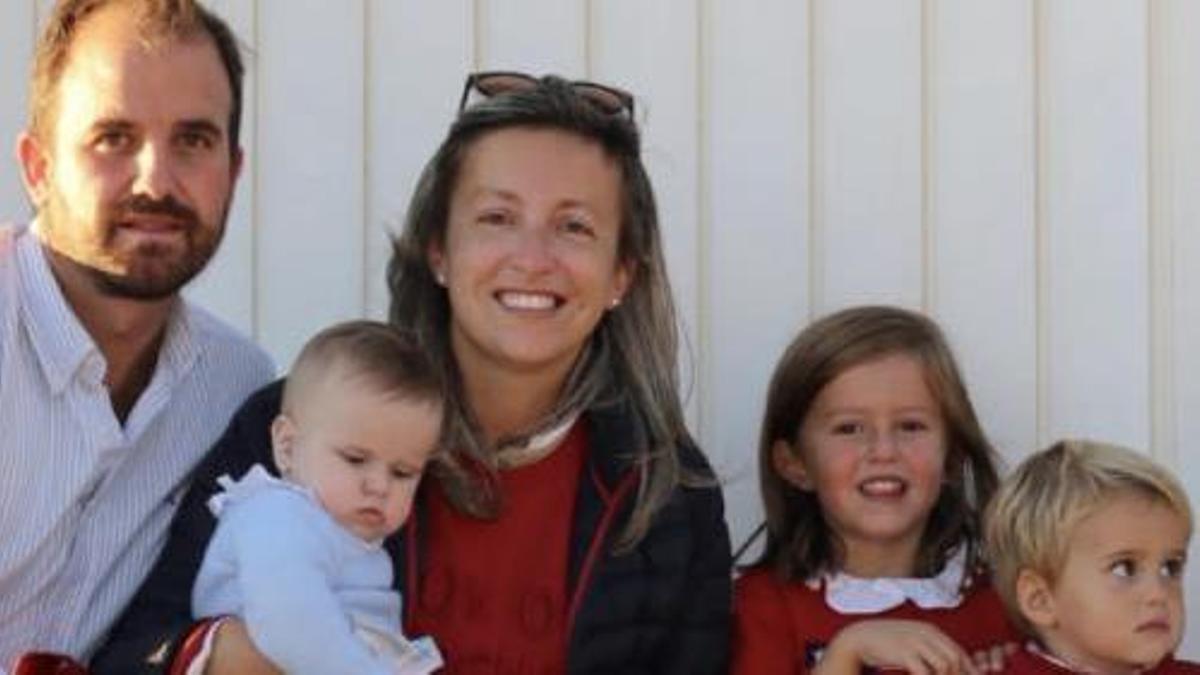 Cristina Devesa, junto a su marido y sus tres hijos Cristina (6), Javier (2) y la pequeña Ana.