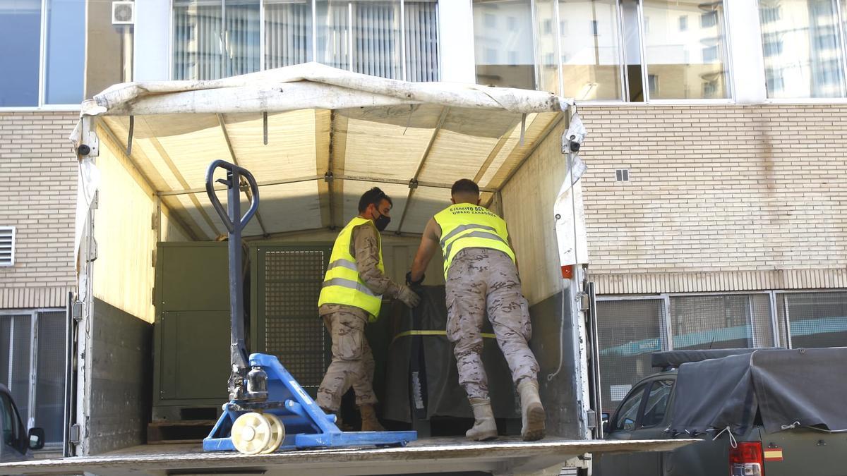 Los militares recogen parte del material de la carpa del Clínico, este jueves.