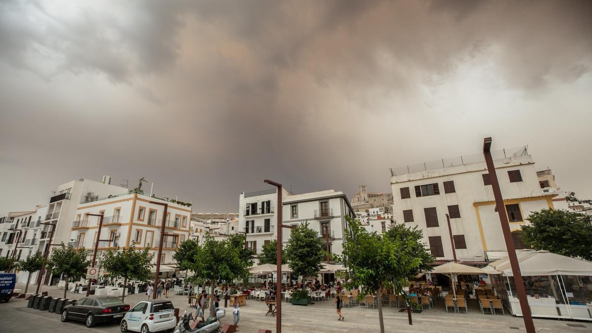 Lluvia de barro y polvo sahariano en Ibiza.