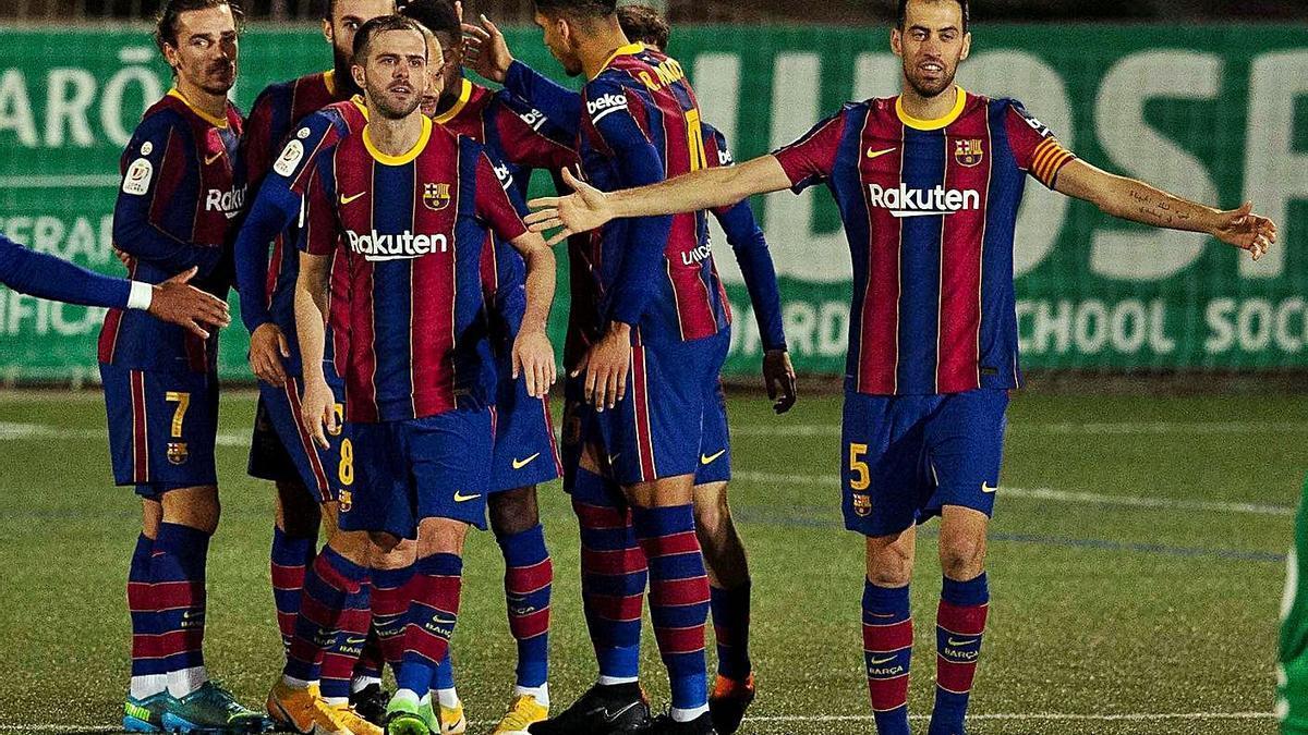 Los jugadores del Barça celebran el gol de Dembélé que adelantaba a los de Koeman.    // ENRIC FONTCUBERTA