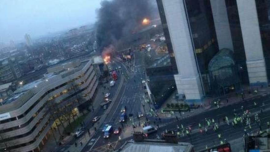 Dos muertos y 13 heridos al estrellarse en Londres un helicóptero contra una grúa y caer a la calle