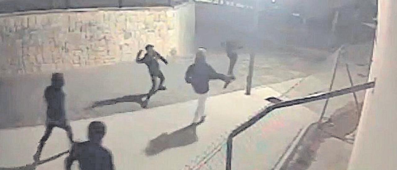 Una grabación de las cámaras de seguridad de la zona del Tossal recoge parte de la persecución sufrida por tres personas, dos de las cuales lograron huir y una fue alcanzada y apaleada por una quincena de jóvenes.