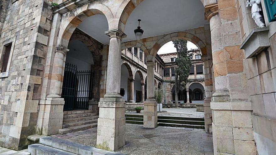 Retiran la reja del claustro de San Nicolás de Bari para sanearla y adaptarla a su nuevo emplazamiento