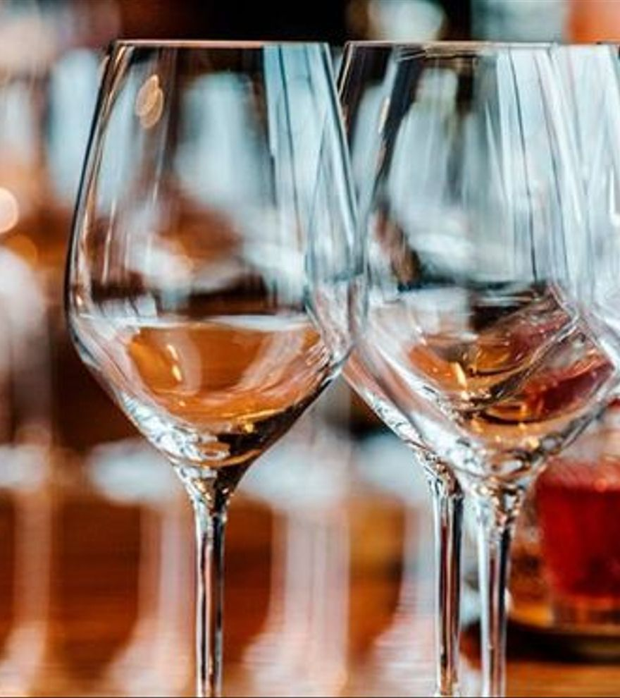 El sencillo truco casero para dejar tus copas de cristal relucientes