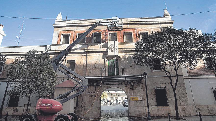 La Guàrdia Civil retira els escuts franquistes de les seues casernes