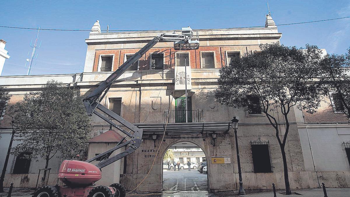 La Guardia Civil retira los escudos franquistas de sus cuarteles