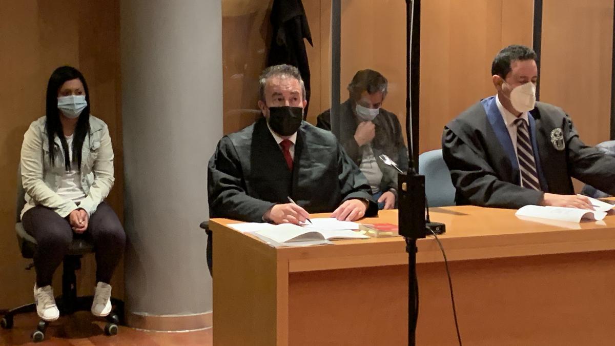 Los dos acusados, con sus letrados, el día del veredicto.