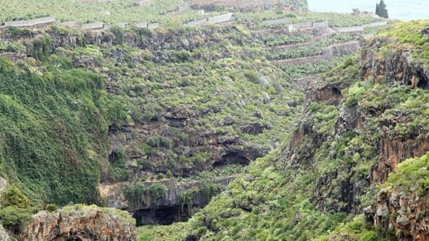 Mueren tres personas en La Palma tras despeñarse con su coche