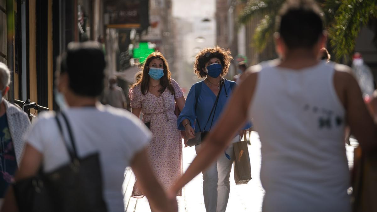 Varias personas pasean en el centro de Santa Cruz.