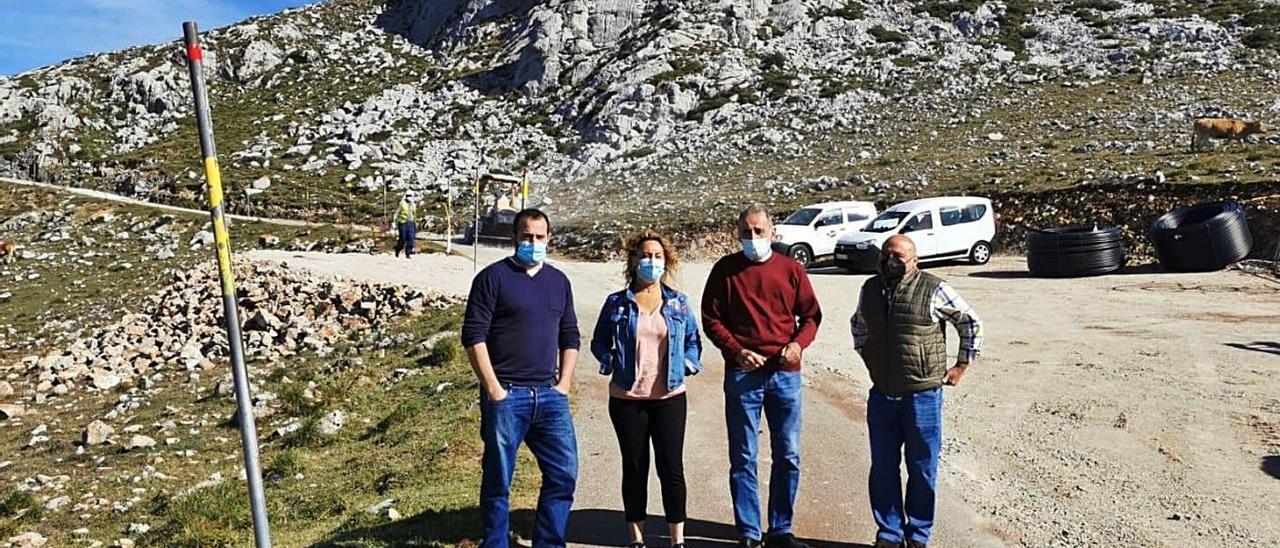 Los alcaldes de Lena y Quirós, junto a técnicos municipales, ayer, en el alto del Gamoniteiru.