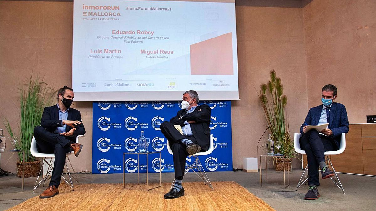 Luis Martín, en el centro, durante el debate con Eduardo Robsy y Miguel Reus.