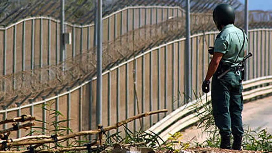 Un migrante muerto al saltar unos 300 la valla de Melilla