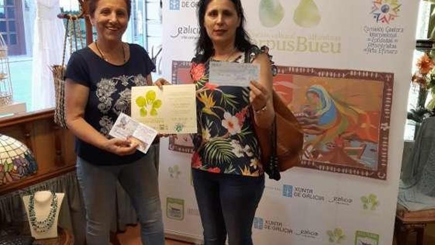 Los alfombristas de Bueu entregan su premio de 500 euros