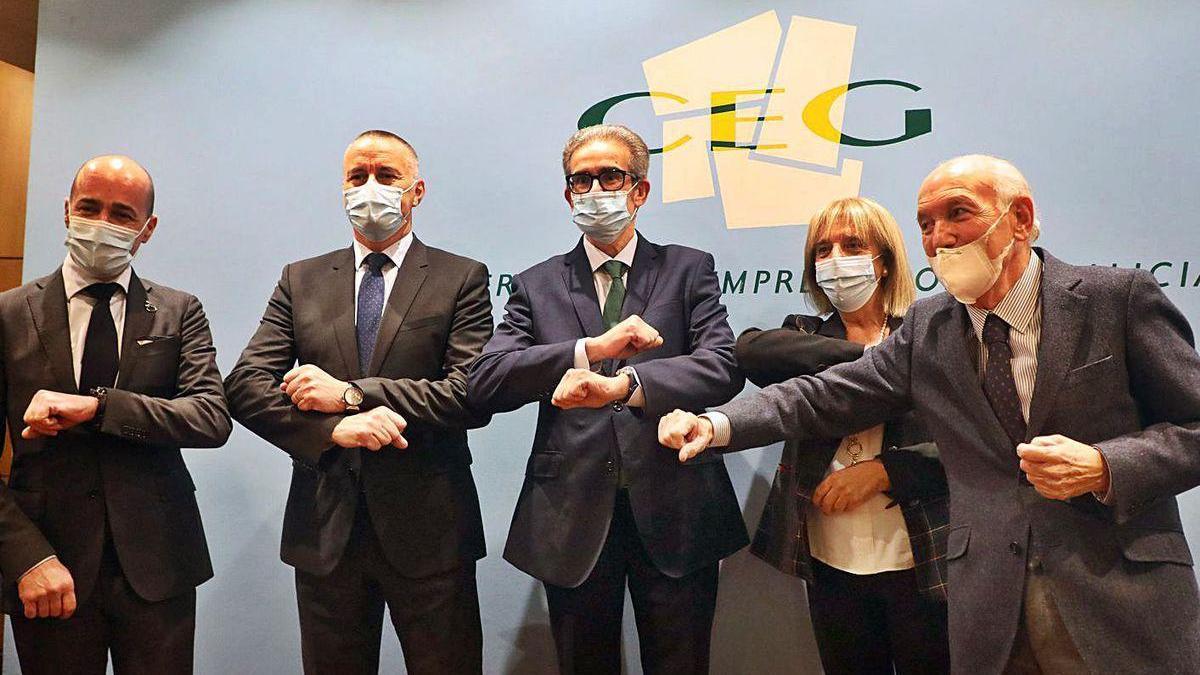 Díaz Barreiros, en el centro, rodeado de los vicepresidentes de la CEG, ayer.