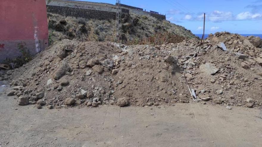 Denuncian el vertido de escombros junto a un barranco de San Juan de la Rambla