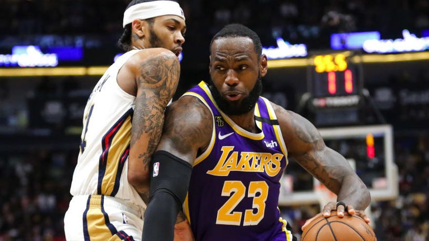James logra triple-doble en la victoria para los Lakers