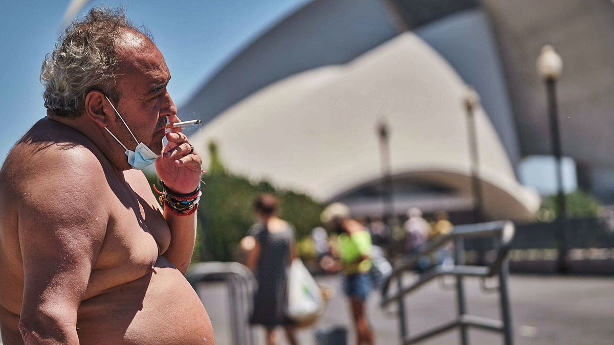 Un hombre se fuma un cigarrillo a las afueras del Parque Maritímo de Santa Cruz de Tenerife.