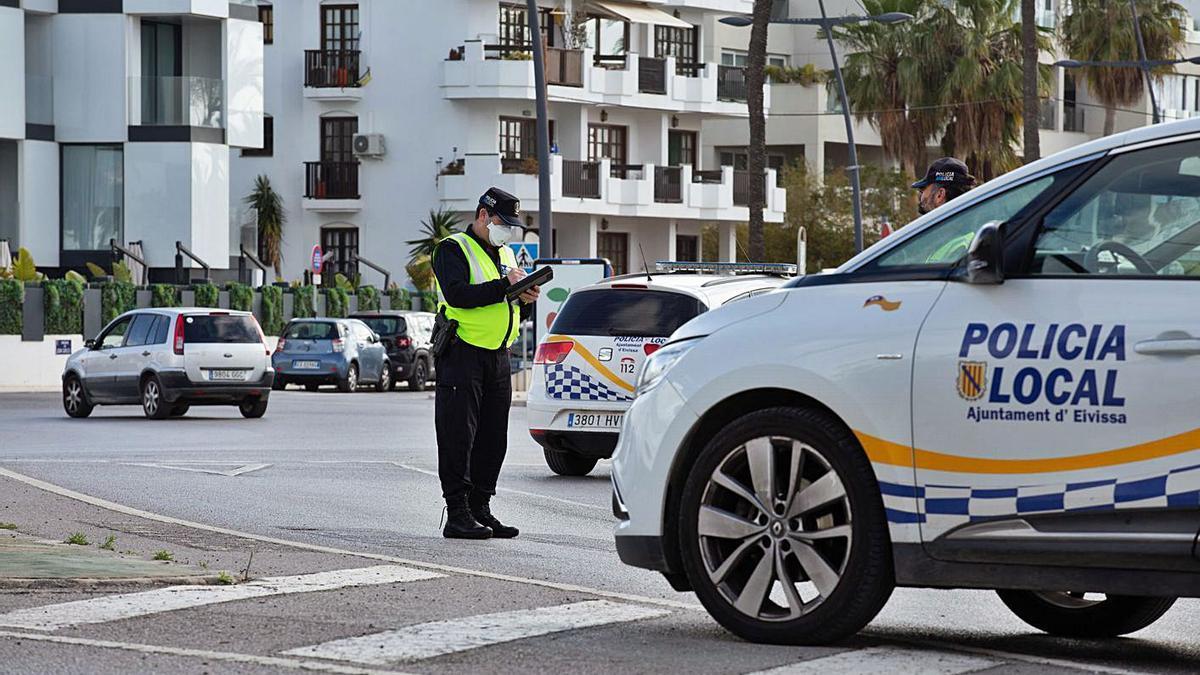 Un agente de la Policía Local de Ibiza durante un control. | VICENT MARÍ