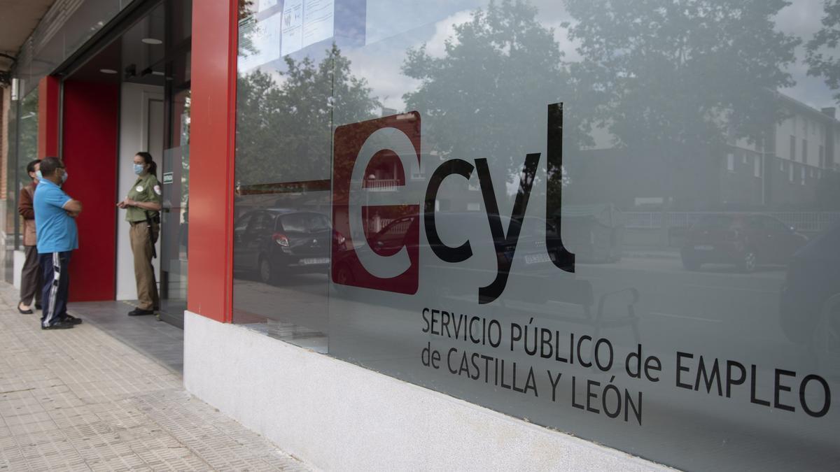 Ciudadanos a las puertas de la oficina del Ecyl de Zamora