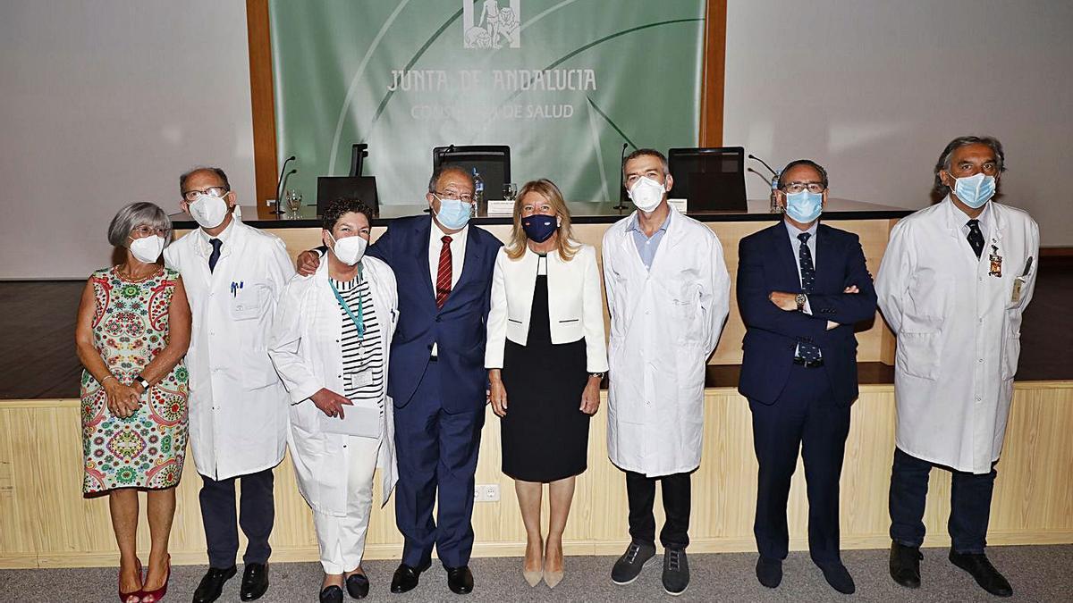 Sánchez Cantos, con traje y corbata roja, en el acto de jubilación en el hospital Costa del Sol