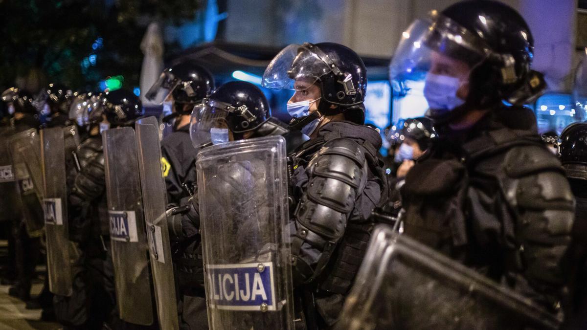 Policía antidisturbios en Liubliana, Eslovenia.