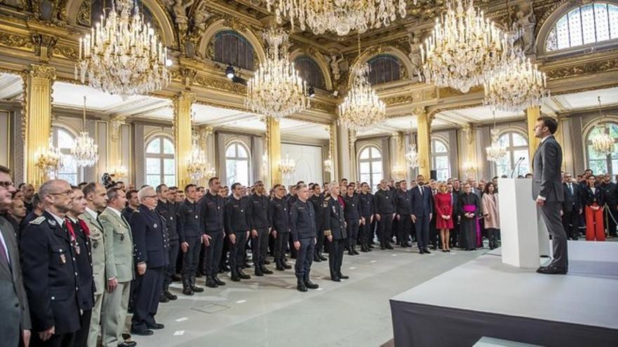 Macron rinde homenaje a los bomberos de Notre Dame