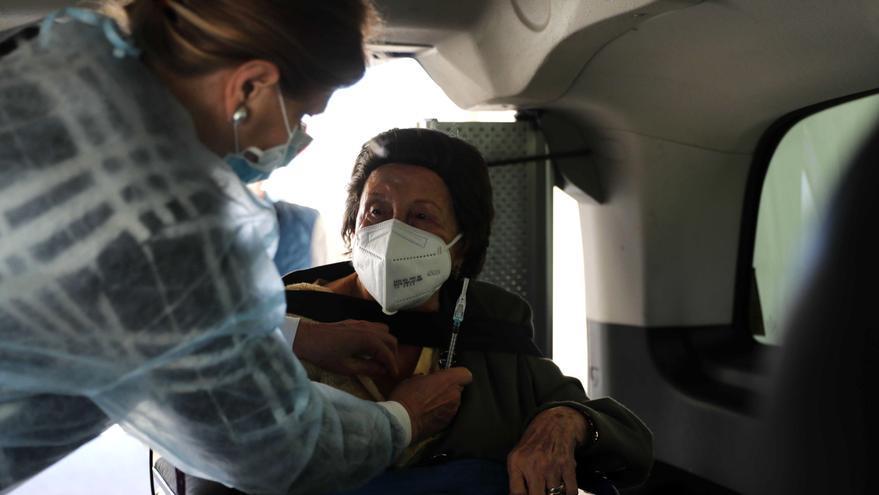 Varias autonomías esperan vacunar esta semana a sus mayores de 80 años