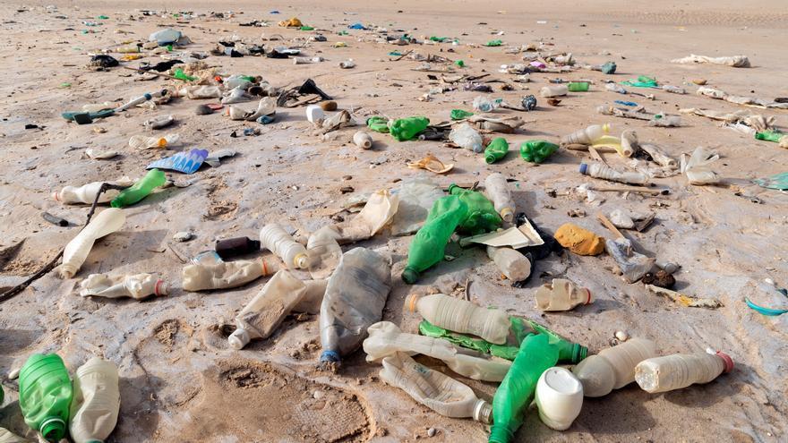 """Los océanos, convertidos en """"sopas de plástico"""""""