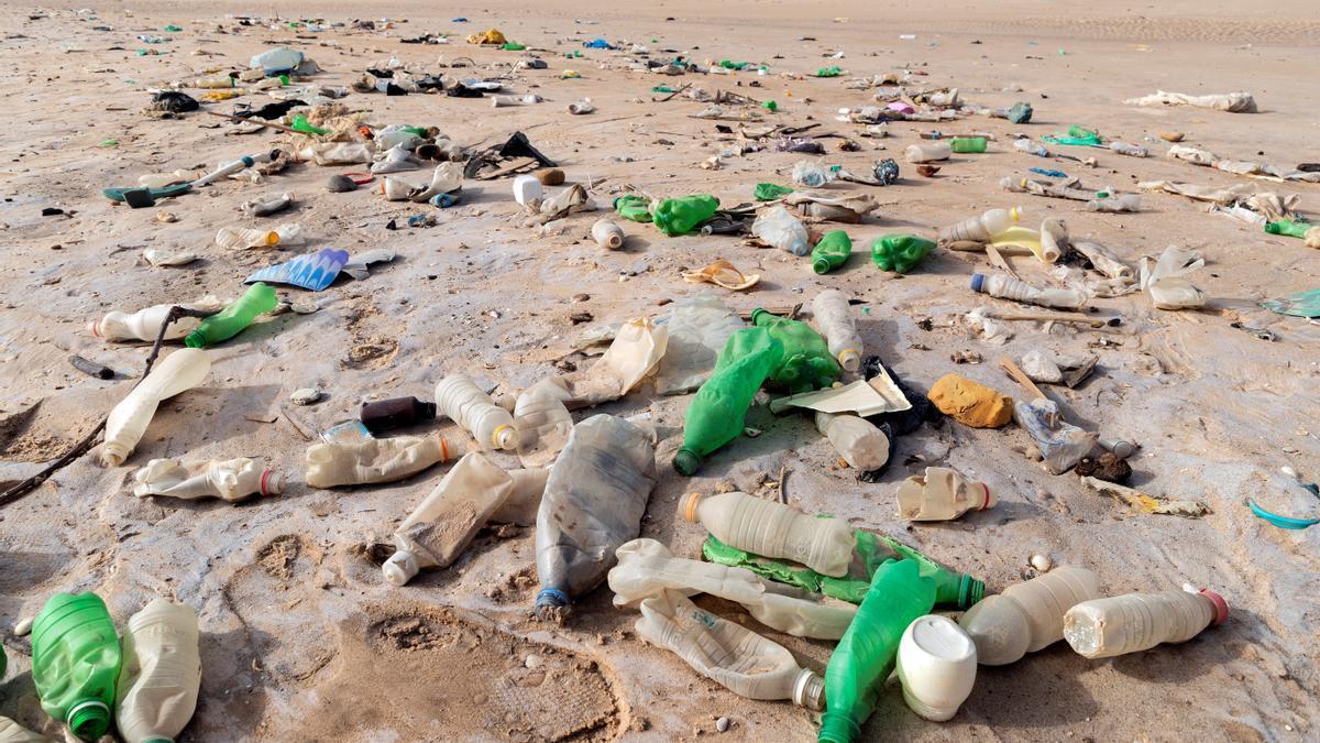 """El Mediterráneo, alberga """"entre un 21% y un 54% de todas las partículas de microplásticos del mundo""""."""