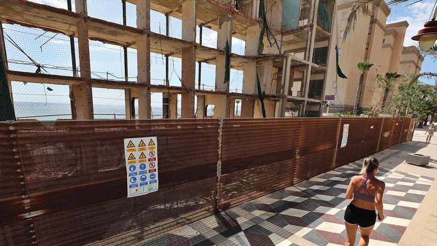 La obtención del permiso para retirar el amianto deja sin fecha el derribo del hotel de Arenales