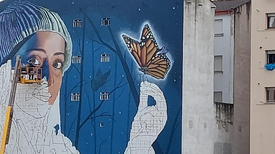 Así se pinta el gigantesco grafiti de El Berrón