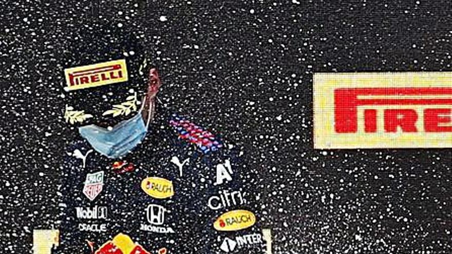 Verstappen consigue la victoria en una carrera caótica por la tormenta