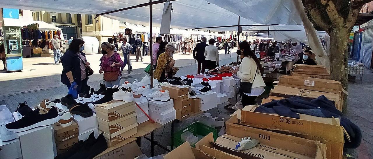 Uno de los puestos del mercado de Mieres. | D. M.