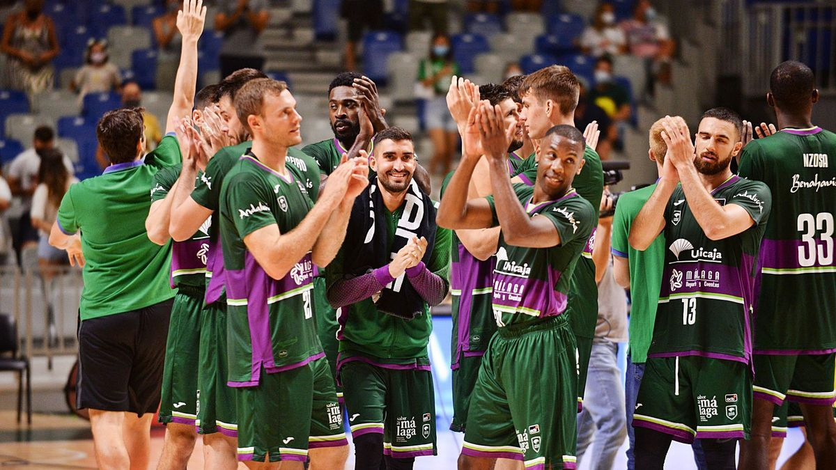 Los jugadores del Unicaja  saludan a los aficionados tras la victoria verde en el Trofeo Costa del Sol.