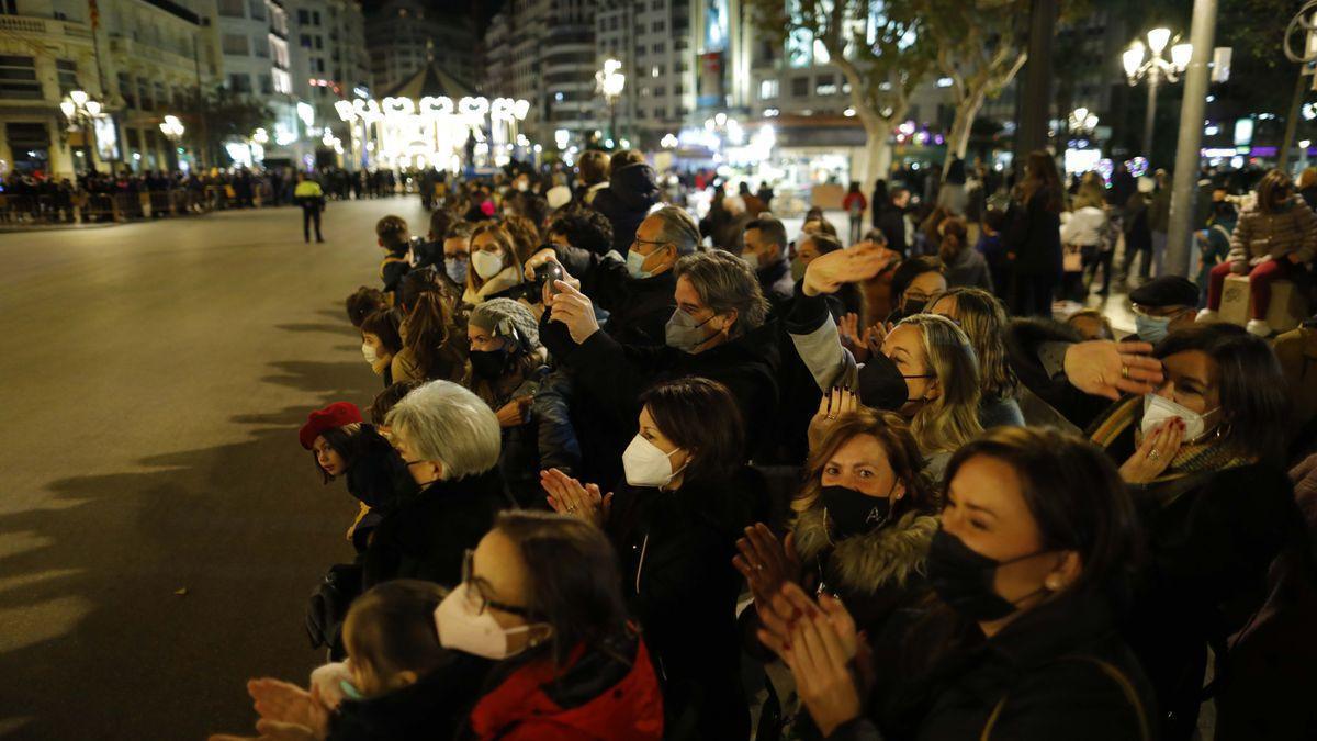Aglomeraciones en la plaza del Ayuntamiento de València paara ver a los Reyes Magos.