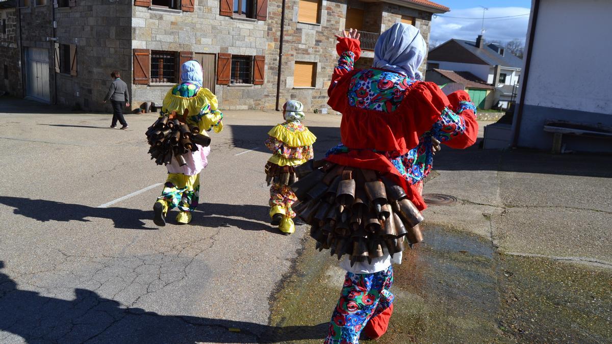 Vecinos de Villanueva visten el tradicional traje de carnaval