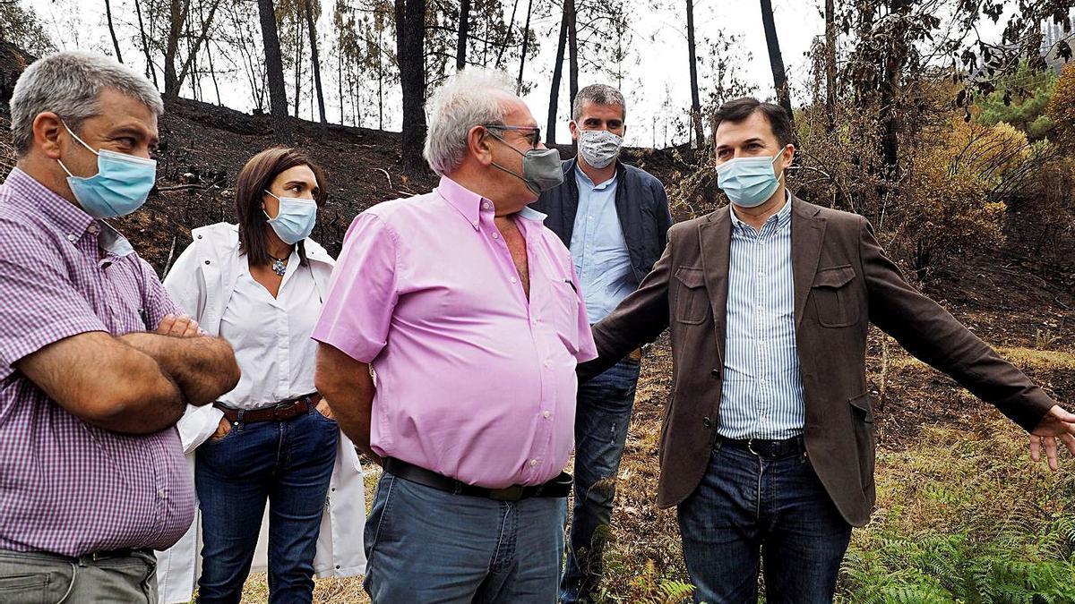 Caballero, a la derecha, con el alcalde de Ribas de Sil (centro) y cargos socialistas, ayer. |   // EFE/TRIGO