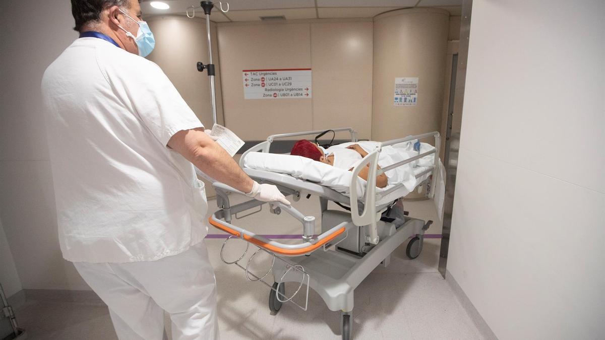 Un celador traslada a un paciente