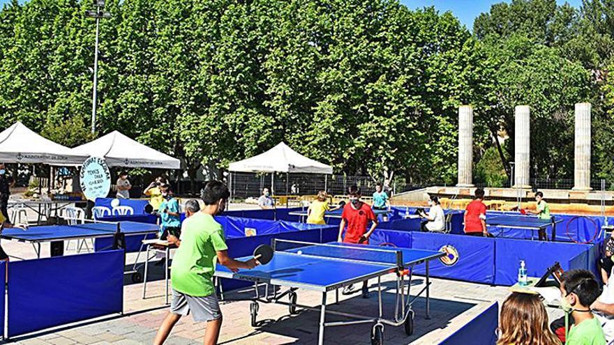 El primer Campionat Escolar de Tennis Taula Vila de Súria porta l'emoció d'aquest esport a la plaça de Sant Joan