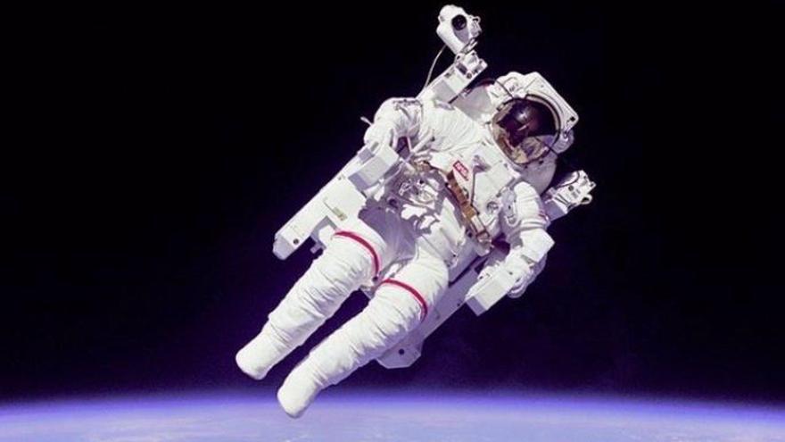 El astronauta Bruce McCandless en el primer paseo espacial autónomo.