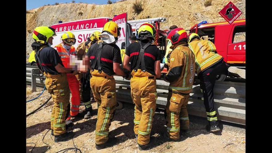 Herido el conductor de un camión al volcar en la AP-7 a la altura de Alicante