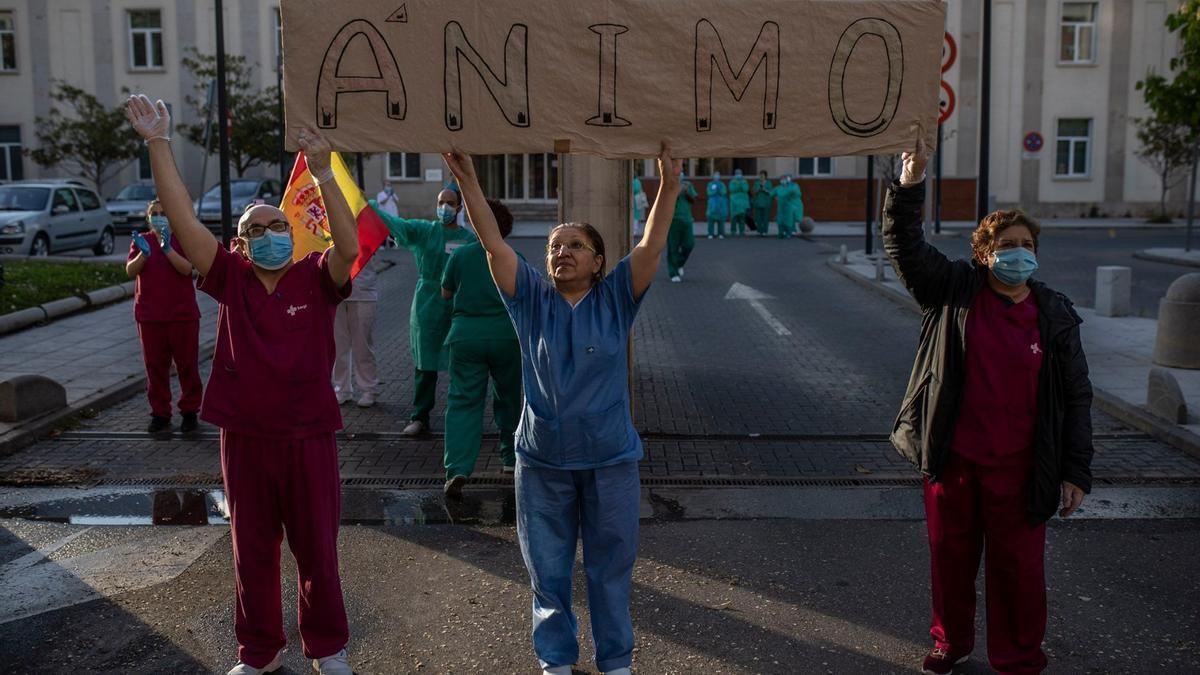 Sigue la última hora del coronavirus en Zamora. En la imagen, personal sanitario a las puertas del Hospital Virgen de la Concha durante el confinamiento.